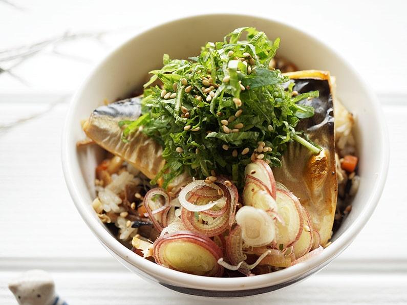 男子ごはんの塩サバご飯のレシピ。野菜も摂れる、焼き鯖丼。