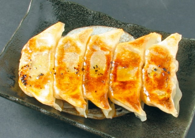 男子ごはんのエスニック餃子のレシピ。ナンプラーのたれの作り方も。
