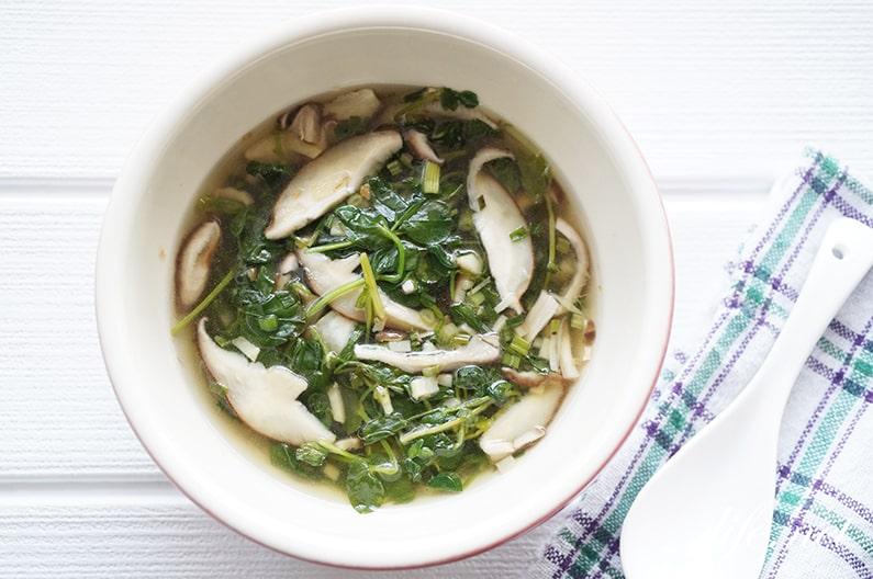 男子ごはん豆苗としいたけのスープのレシピ。鶏がらスープで。
