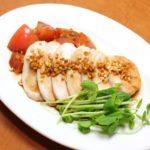 平野レミさんの鶏胸肉の鶏ハムのレシピ。ふっくら胸にネギだれ。