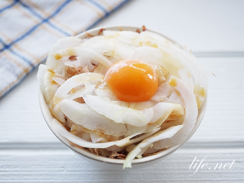 新玉ねぎ丼のレシピ。鰹節と卵黄で絶品どんぶり飯の作り方。