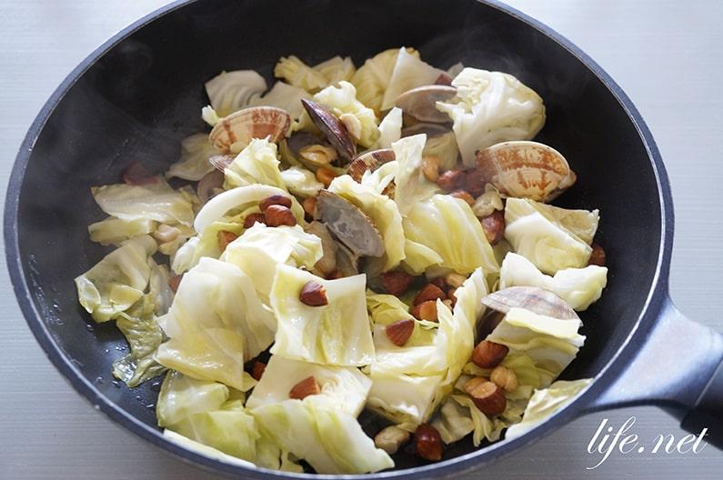 あさりとキャベツの蒸し焼きのレシピ。にんにくと白ワインで絶品に。