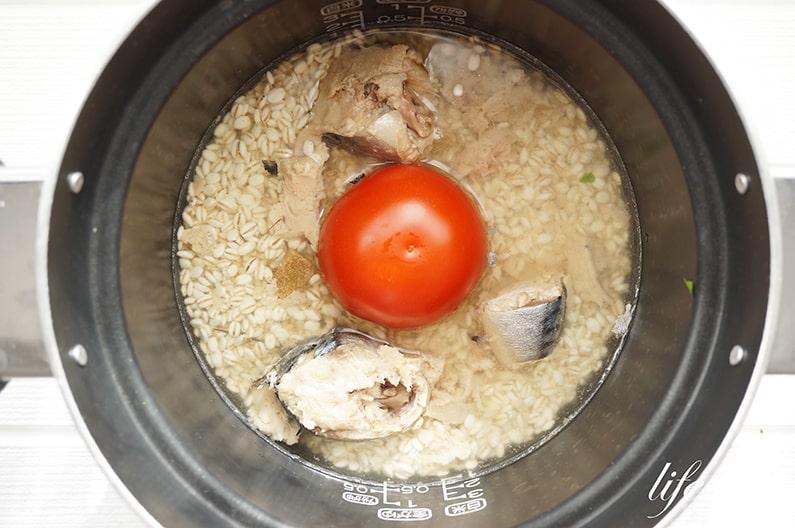 鯖缶とトマトの炊き込みご飯のレシピ。味付けはコンソメで。