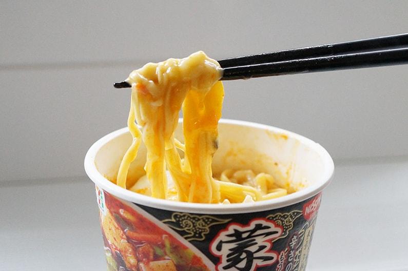 蒙古タンメン中本辛旨味噌の温泉卵チーズアレンジ