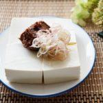 味噌だれ冷奴のレシピ。お豆腐に味噌を乗せたさっぱりアレンジ。