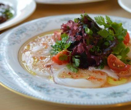 玉ねぎマリネと鯛のカルパッチョのレシピ。簡単なお刺身和え。