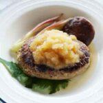 新玉ねぎハンバーグのレシピ。すりおろし玉ねぎソースと肉だねで。