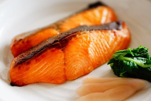 ヒルナンデスの鮭の照り焼きのレシピ。めんつゆと酒に漬けるだけ。