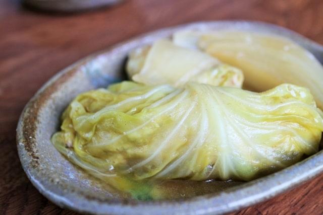 平野レミさんのキャベツのくるくる餅のレシピ。キャベツで包みます。