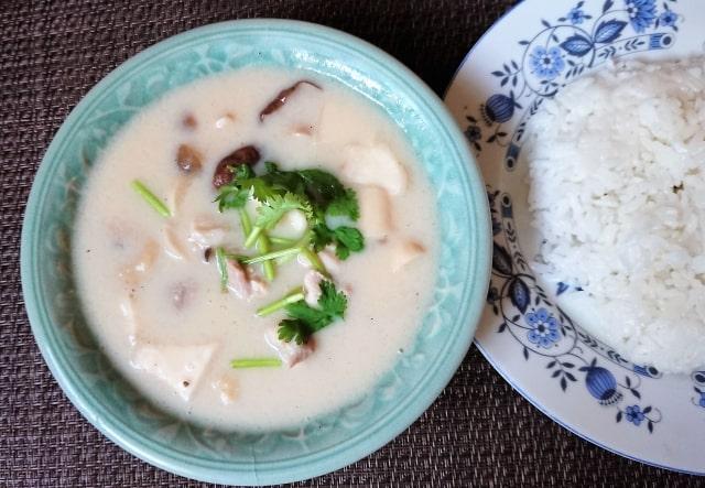 男子ごはんのトムカーガイのレシピ。ココナッツミルクのスープ。