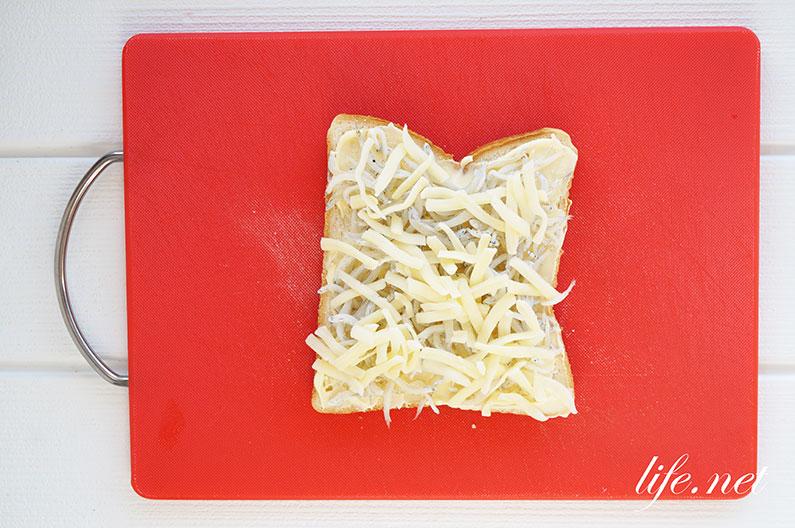 しらすチーズトーストの人気レシピ。オリーブオイルをかけて絶品に。