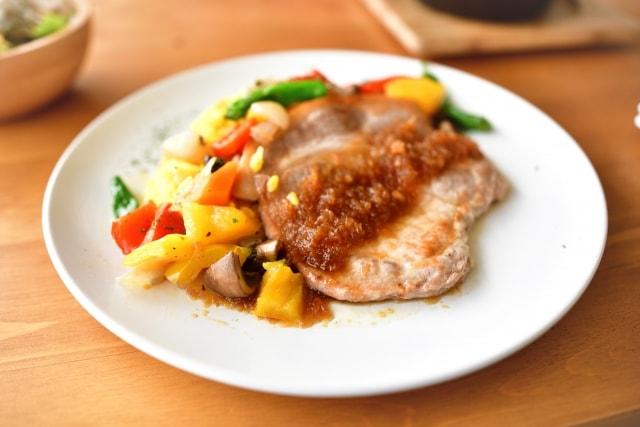 マコさんの豚ロース肉ごぼうバターソースのレシピ。ヒルナンデスで話題。
