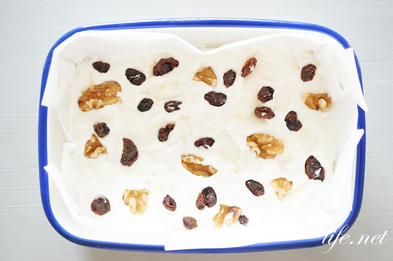 家事ヤロウのヨーグルトバークのレシピ。ナッツやフルーツと冷やすだけ。