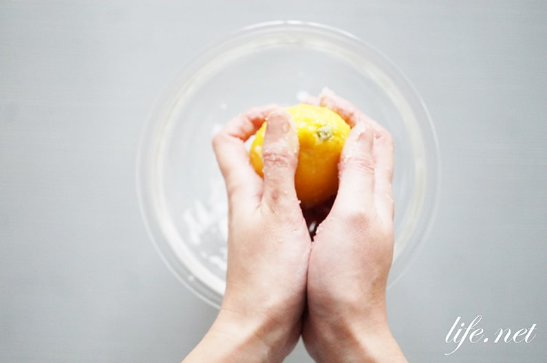 レモンの洗い方。塩と重曹、熱湯を使った皮の農薬の落とし方を紹介。